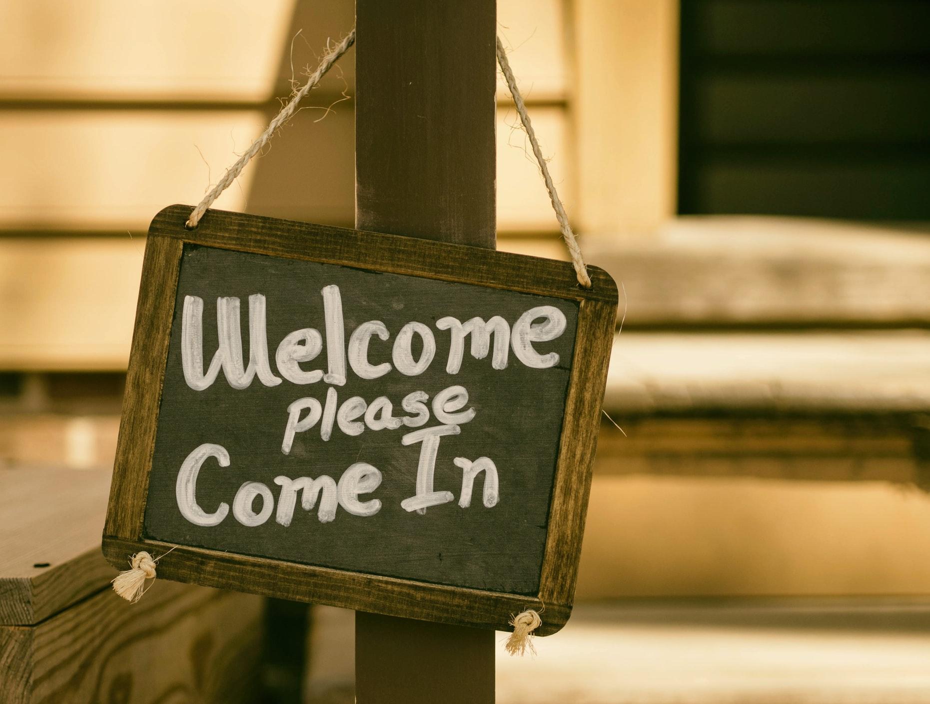 【飲食店接客マニュアルの9ステップ】1「お出迎え」でお客様の不安を取り除く
