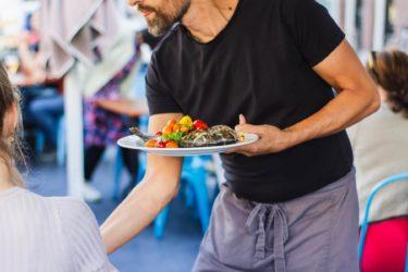 【飲食店接客マニュアルの9ステップ】4「商品提供」でお客様の心をつかむ接客